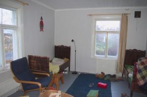 Das Kinderzimmer mit neuer Tapete und der ersten Einrichtung