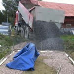 8 t Schotter kommen als Unterlage für das Fundament
