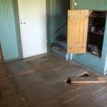 Der alte Fußboden, hier sieht man das erste Stück Diele, das ich entfernt habe: das war auch die Stelle, an der damals der Fußboden geöffnet worden war, um den Keller zu bauen