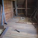 Entfernen der Bodenbretter des Dachbodens